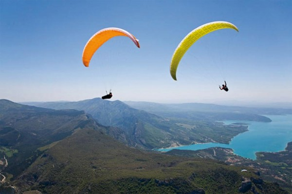 Parapente au-dessus du lac de Ste-Croix